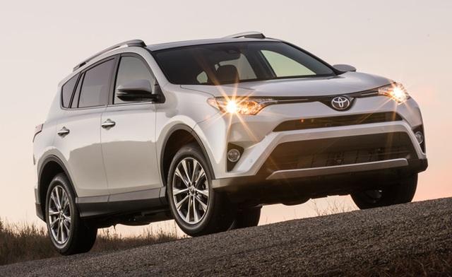 Toyota RAV4 đang là lựa chọn thay thế được yêu thích tại Mỹ cho các dòng sedan cỡ nhỏ. RAV4 sở hữu động cơ 2.5 lít 4 xi-lanh với sức mạnh 176 mã lực, đi kèm với hộp số tự động 6 cấp và hệ dẫn động cầu trước là trang bị tiêu chuẩn, hệ dẫn động 4 bánh toàn thời gian AWD là tuỳ chọn.
