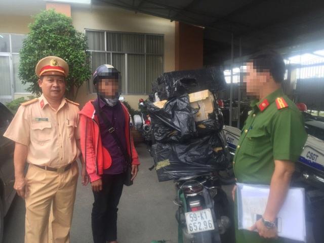 Thiếu tá Võ Văn Minh (trái), Đội phó Đội CSGT Rạch Chiếc, trong 1 lần truy bắt đối tượng vận chuyển thuốc lá lậu qua cửa ngõ Sài Gòn.