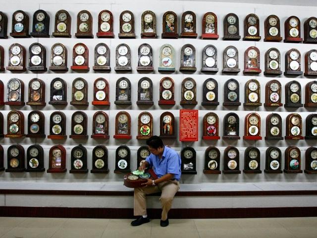 Anh Li Tao, sinh sống ở tỉnh Liêu Ninh, Trung Quốc chuyên sưu tập đồng hồ cổ và mở cửa chào đón những du khách tới tham quan chiêm ngưỡng bộ sưu tập của mình.