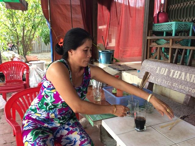 Cả nhà chị Phan Ngọc Mến sống nhờ vào tiệm bún, quán giải khát... nên không muốn rời đi.