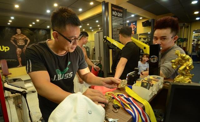 Các hội viên đến phòng tập của Phạm Khắc Hy đều trầm trồ trước thành tích mà ông chủ câu lạc bộ đạt được.