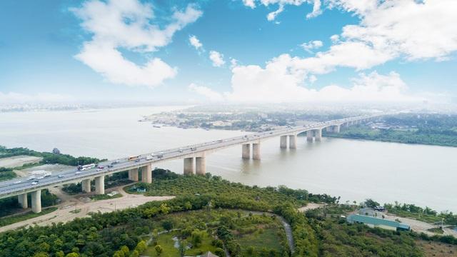 Cầu Thanh Trì là cây cầu lớn nhất trong dự án 7 cây cầu của Hà Nội bắc qua sông Hồng, nối quận Hoàng Mai với quận Long Biên, bắt đầu từ điểm cắt quốc lộ 1A tại Pháp Vân.