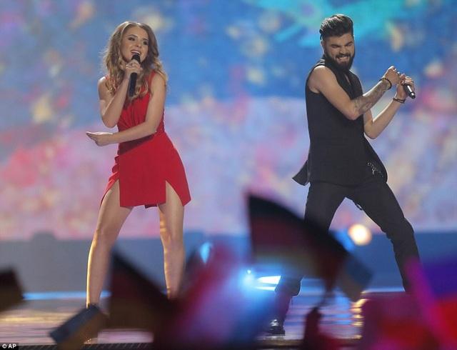 "Đại diện của Romania - nữ ca sĩ Ilinca và nam ca sĩ Alex Florea thể hiện ""Yodel It!""."