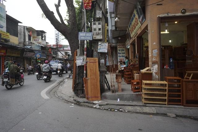 Một đoạn vỉa hè đường La Thành bị chặn bởi các mặt hàng bày bán tràn lan.