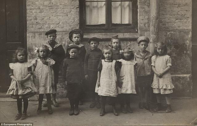 Những đứa trẻ đứng xếp hàng trên đường phố Copenhagen (Đan Mạch) để được chụp ảnh hồi năm 1905.
