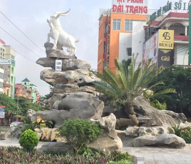 Tượng dê đặt trên hòn non bộ ngay giữa Ngã ba Tam Giác ở thành phố Ninh Bình.