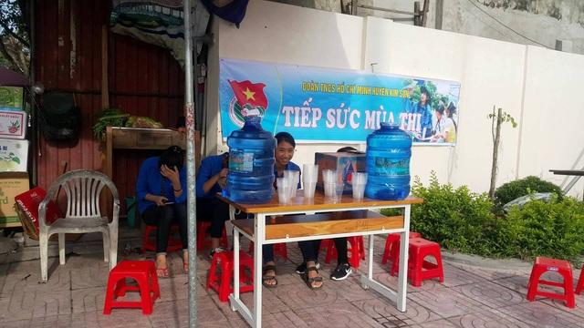 Điểm tiếp sức mùa thi của Đoàn TNCS HCM huyện Kim Sơn phục vụ nước uống miễn phí cho thí sinh và phụ huynh.