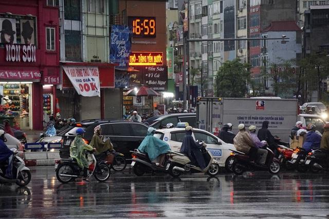 Mưa ngớt hẳn sau hơn 1 giờ giải nhiệt cho thành phố.