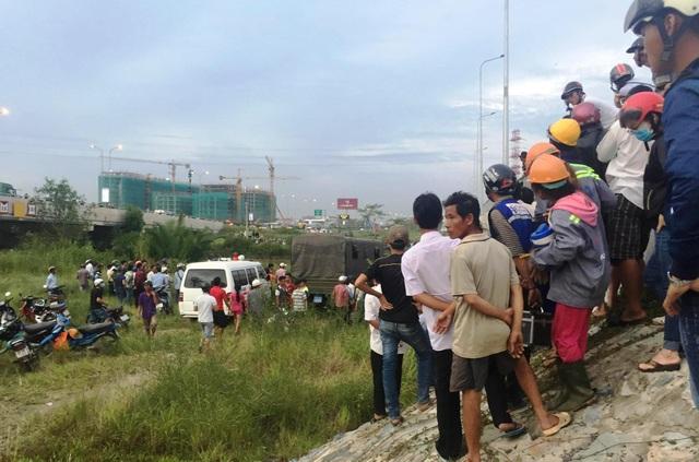Lực lượng cứu hộ cứu nạn sau nhiều giờ lặn tìm đã đưa được thi thể nam thiếu niên lên bờ.