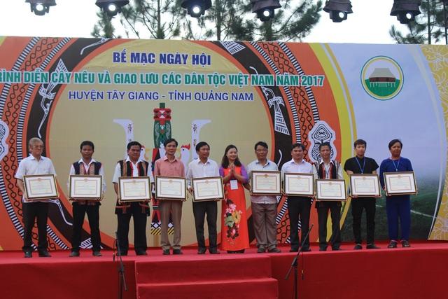 Bế mạc ngày hội trình diễn cây nêu và giao lưu văn hóa các dân tộc thiểu số Việt Nam lần thứ nhất năm 2017, khen thưởng cho các đội đạt giải