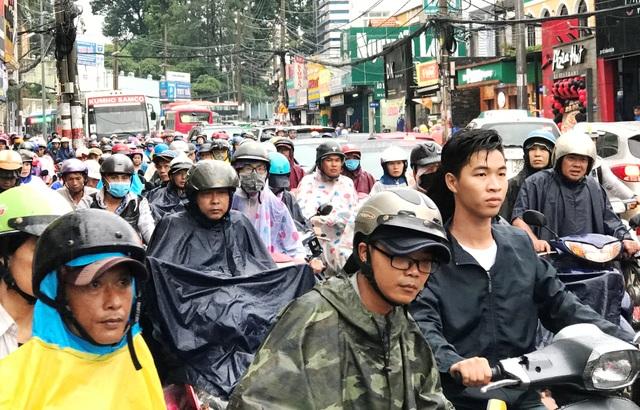 Giao thông trên đường Võ Văn Ngân bị ùn ứ nghiêm trọng.