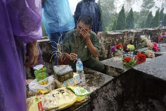Những giọt nước mắt tưởng nhớ đồng đội tại nghĩa trang Vị Xuyên.