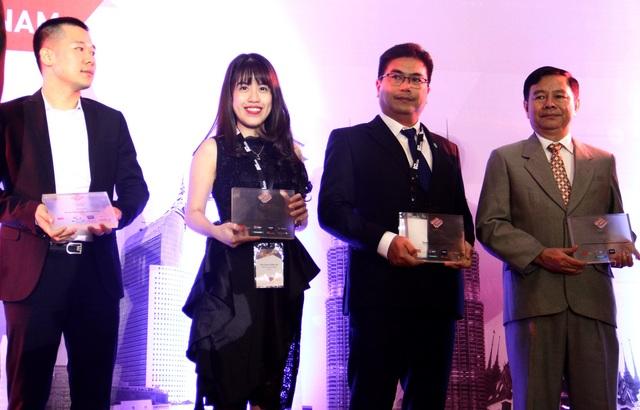 Bà Trần Võ Thùy Ân - Giám đốc Tiếp thị lên nhận giải BCI Asia Top 10 Developers