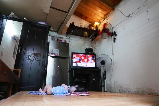 Tương tự, ngôi nhà hàng xóm của chị Hương cũng trong tình trạng chật chội, chắp vá.