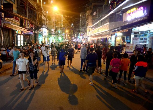 Hàng nghìn người dân và du khách thong dong rảo bước trên phố đi bộ Bùi Viện.