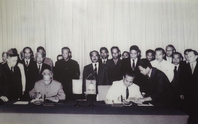 Đồng chí Cay Xỏn Phôm Vi Hản, Thủ tướng Chính phủ nước Cộng hòa Dân chủ Nhân dân Lào (bên phải), và đồng chí Phạm Văn Đồng, Thủ tướng Chính phủ nước Cộng hòa Xã hội Chủ nghĩa Việt Nam, ký Hiệp ước Hữu nghị, Hợp tác giữa hai nước tại Viêng Chăn, ngày 18/7/1977.