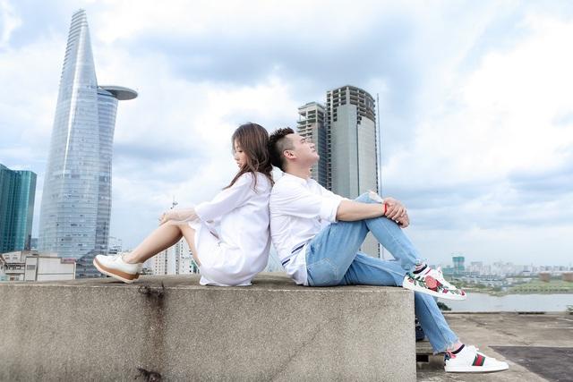 Tình yêu đẹp của chàng trai thuỷ chung trong MV đã đơm hoa kết trái ngoài đời thực.