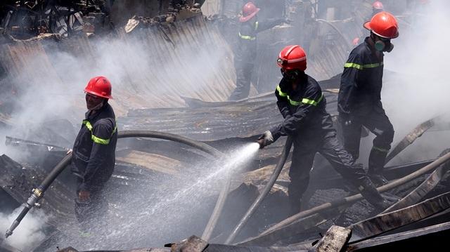 Mặc dù đám cháy được khống chế nhưng công tác xử lý những vị trí nghi cháy âm ỉ khá vất vã.