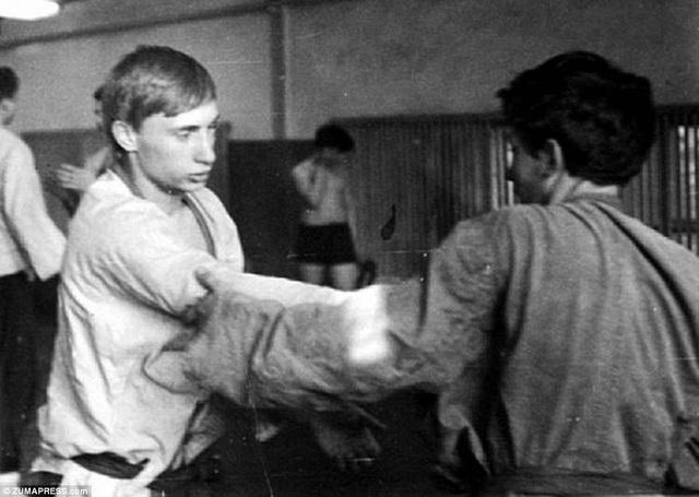 Ông Putin bắt đầu học Judo và Sambo từ năm 12 tuổi. Đến năm 18 tuổi ông đã trở thành nhà vô địch môn Judo tại thành phố Leningrad.
