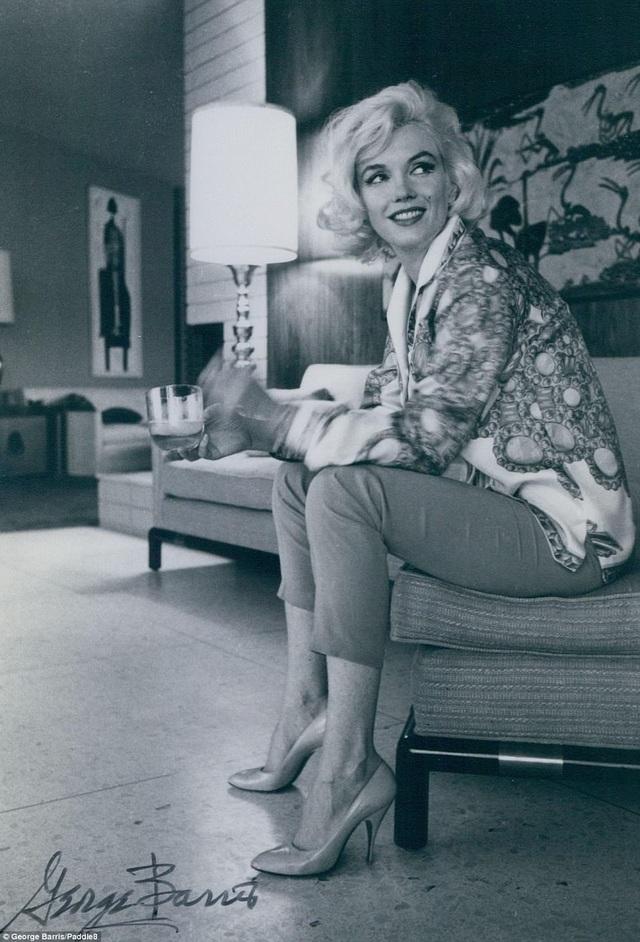 Bộ ảnh được chụp hồi tháng 6/1962 bởi nhiếp ảnh gia George Barris, chỉ vài tuần sau, Marilyn Monroe đột ngột qua đời.