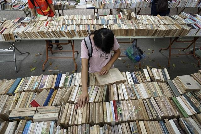 Khu vực bán các loại sách, truyện cũ.