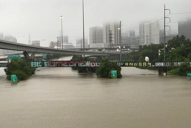 Một cây cầu vượt tại phía Nam Texas sau khi hứng chịu ngập lụt nặng nề.