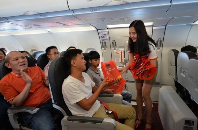 """Gần 200 hành khách Vietjet cùng hát """"Nối vòng tay lớn"""" mừng quốc khánh 2/9 - 11"""