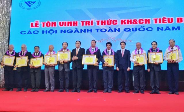 Đ/c Vũ Đức Đam, Ủy viên Trung ương Đảng, Phó Thủ tướng Chính phủ trao tặng bằng khen cho các trí thức tiêu biểu.