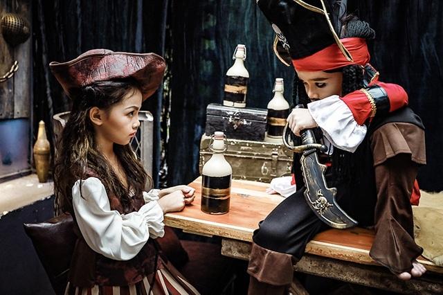 Hoàng Linh hóa thân thành cướp biển