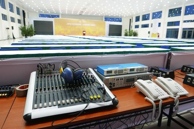 Hệ thống âm thanh, ánh sáng được đầu tư hiện đại để phục vụ hoạt động tác nghiệp của các nhà báo.