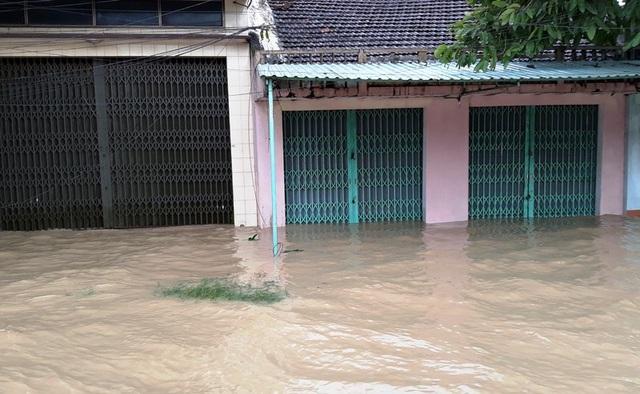 Nhiều nhà dân khu vực phường Nhơn Phú (TP Quy Nhơn) nước tràn vào nhà.
