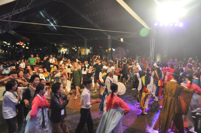 Mọi người cùng hòa nhịp múa theo điệu múa truyền thống Hàn Quốc