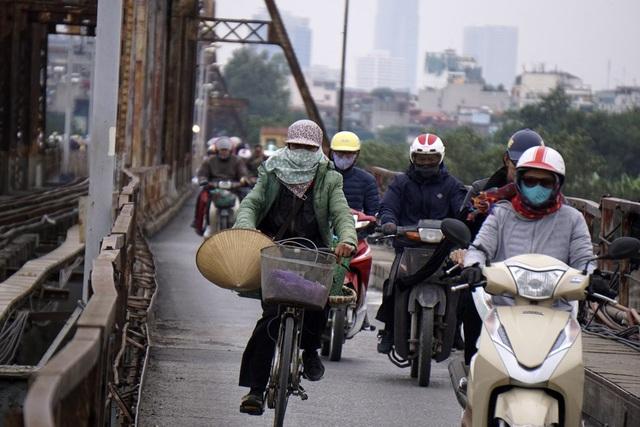 Một người đi xe đạp liêu xiêu trước cơn gió.