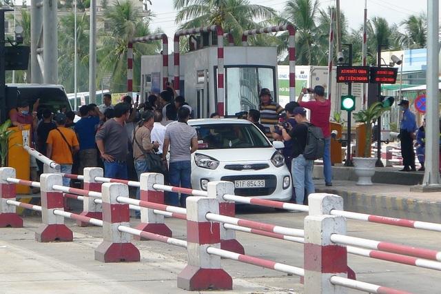 Một chiếc xe nằm ì ở trạm thu phí vì cho rằng việc xả trạm rồi thu không công bằng cho người dân