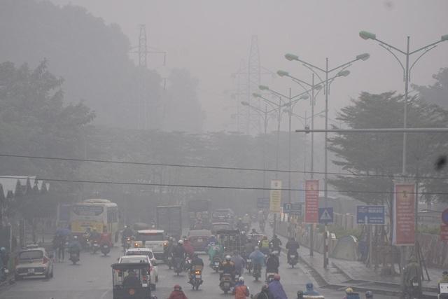 Mây mù bao phủ trên đường Yên Phụ.
