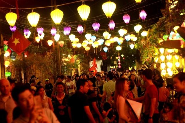 Hội An bừng sáng lung linh trong đêm 31/12 chờ đón năm mới 2018 thu hút đông đảo người dân và du khách đến tham quan
