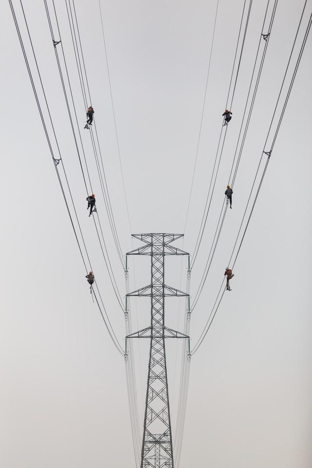 Ảnh đẹp trong ngày 14/4/2017 chụp về người thợ điện. Tác giả Tuấn Việt chia sẻ: Tất cả chúng ta đều cần sự cân bằng trong cuộc sống, thợ điện thì... cần nhiều hơn. Mỗi ngày, họ đều phải đu mình làm việc trên dây, với chiều cao xấp xỉ 100m so với mặt đất. Giữ cân bằng và tập trung là bắt buộc với những người thợ này.