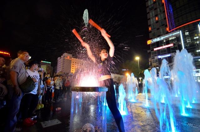 Nhiều hoạt động văn hóa diễn ra tại phố đi bộ Nguyễn Huệ