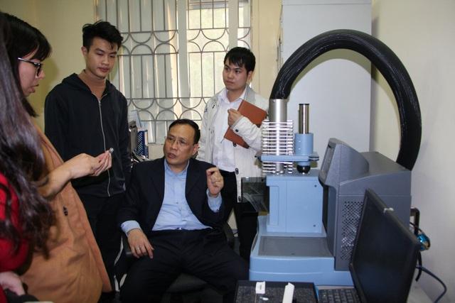 GS Nguyễn Đình Đức và các học trò của mình trong phòng nghiên cứu