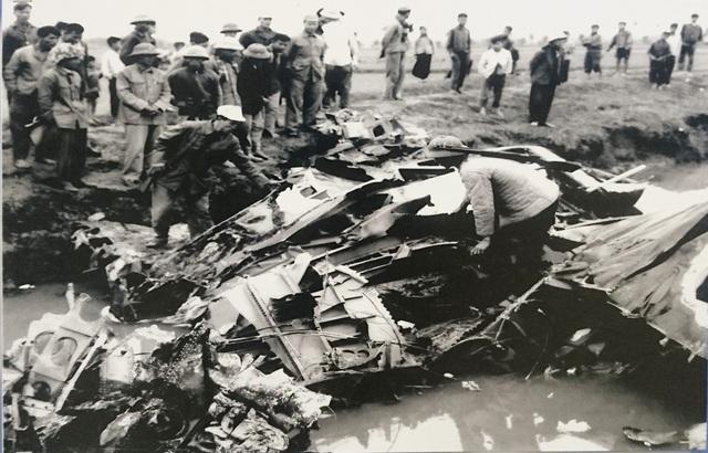 Chiếc máy bay B52 đầu tiên bị Tiểu đoàn 59, Trung đoàn Tên lửa 261 băn rơi trên cánh đồng Chuôm, xã Phù Lỗ, huyện Đông Anh (Hà Nội) vào 20h13 đêm 18/12/1972. (Ảnh chụp lại tại Bảo tàng Phòng không - Không quân).