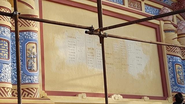 Các dòng chữ ghi tên chiến sĩ trận vong phía sau bia vẫn còn giữ lại