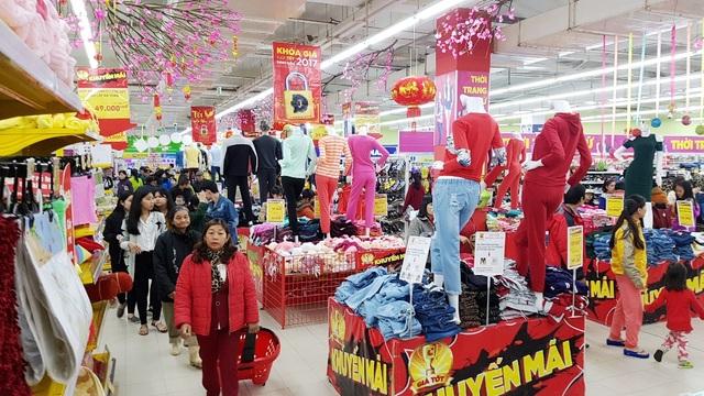 Vào chiều tối, người dân tấp nập đi mua sắm ở các siêu thị