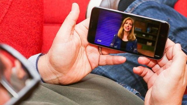 Bên trong, iPhone X tích hợp vi xử lý A11 Bionic 6 nhân sản xuất trên tiến trình 10nm, cho khả năng hoạt động nhanh hơn đến 25% so với thế hệ cũ. Máy ảnh của iPhone X cũng được nâng cấp hỗ trợ video chuyển động chậm (1080p ở tốc độ 240 khung hình / giây).
