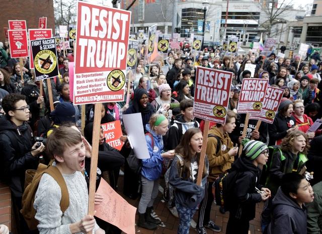 Cánh sát Mỹ bắt hơn 200 người biểu tình phản đối Tổng thống Trump - 2