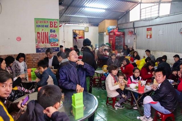 Tại một quán bún bò Huế đông người đến ăn sáng Tết Tây