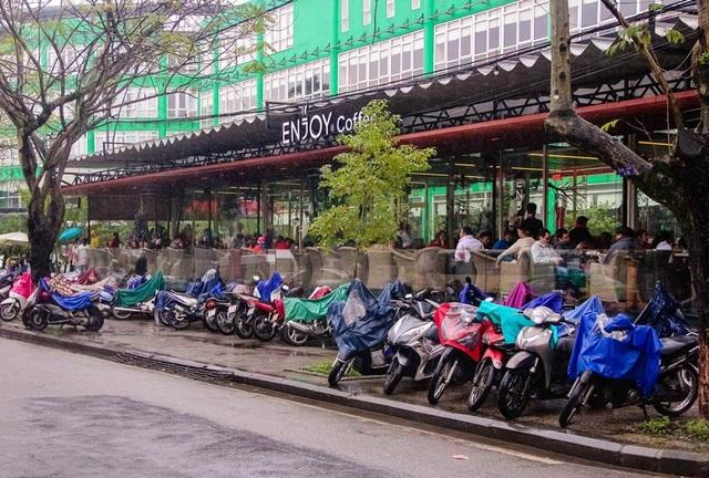 Một quán cafe trên đường Lê Lợi đã đông kín người vào lúc 8g sáng