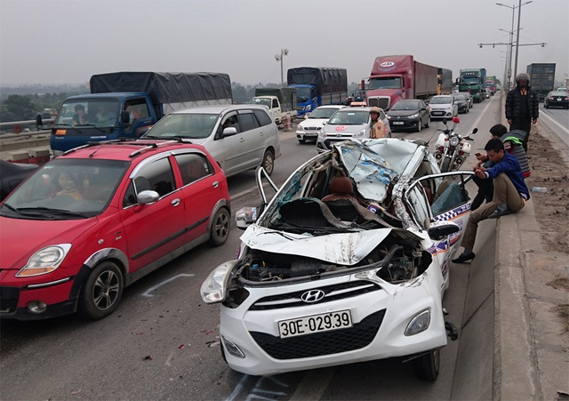 Xe taxi bị bép dúm sau vụ tai nạn.