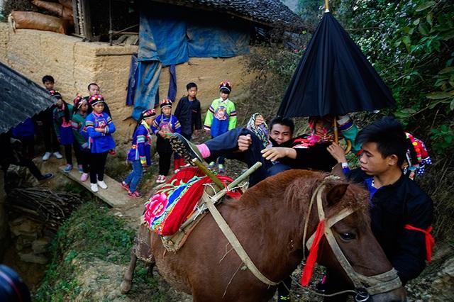 Cô dâu được bế lên ngựa để về nhà trai