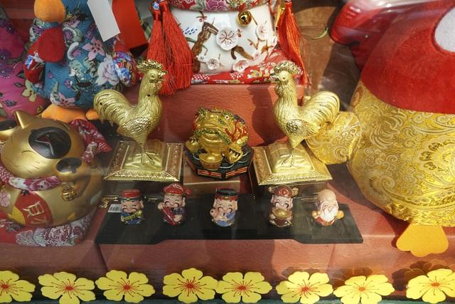 Hình ảnh con gà trong các món đồ lưu niệm.