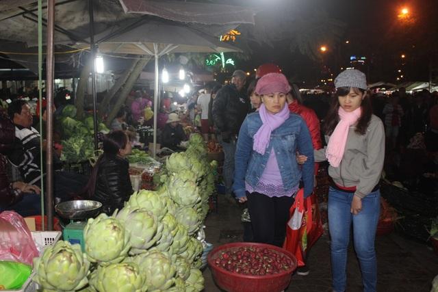Không gian khu chợ đêm còn bày bán nhiều loại nông sản đặc trưng của Đà Lạt như các loại rau, Atiso, dâu tây…